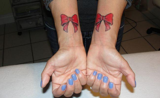 As tatuagens de laço também têm sido muito requisitadas nos estúdios de tattoo. Para as mais ousadas, combinar o laço com uma cinta-liga de tatuagem é a nossa sugestão.