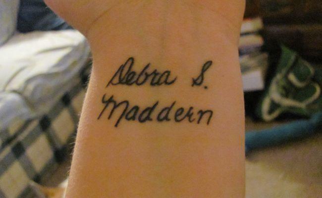 Uma das tatuagens que as mulheres mais pedem nos estúdios é a tatuagem de nome prório, seja do nome da pessoa tatuada ou de um ente querido, namorado, marido, filhos e até mesmo de ídolos.