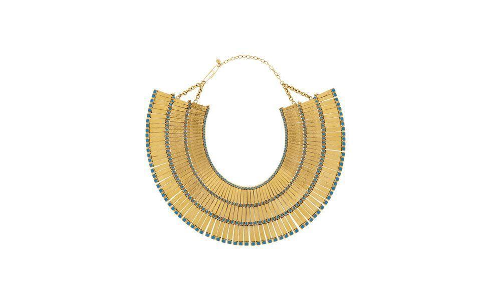"""<p>O modelo de colar estilo Cleópatra valoriza qualquer look básico. Experimente usá-lo com um <a href=""""http://www.dicasdemulher.com.br/galeria/o-vestido-preto-ideal-para-cada-ocasiao/"""">vestido preto</a> simples para arrasar em eventos formais.</p>"""