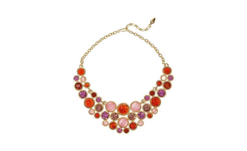 <p>O colar com pedras coloridas promete deixar qualquer visual sério mais divertido e colorido. Uma boa dica é usá-lo com camiseta ou camisa branca básica. </p>