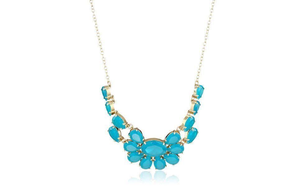 <p>Esse maxi colar azul em formato de flor é indicado para complementar looks de verão. A camisa de seda pode ser uma ótima opção de combinação para esse modelo de colar. </p>