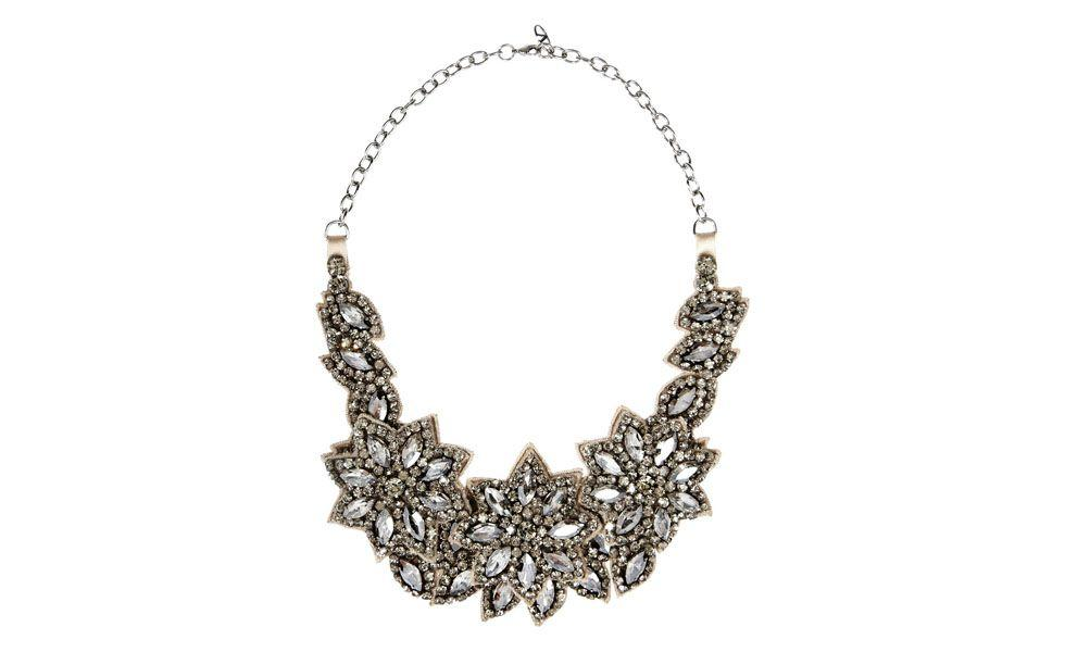 <p>Feito com pedras brilhantes, esse maxi colar floral é ótimo para ser usado com looks mais sociais. </p>
