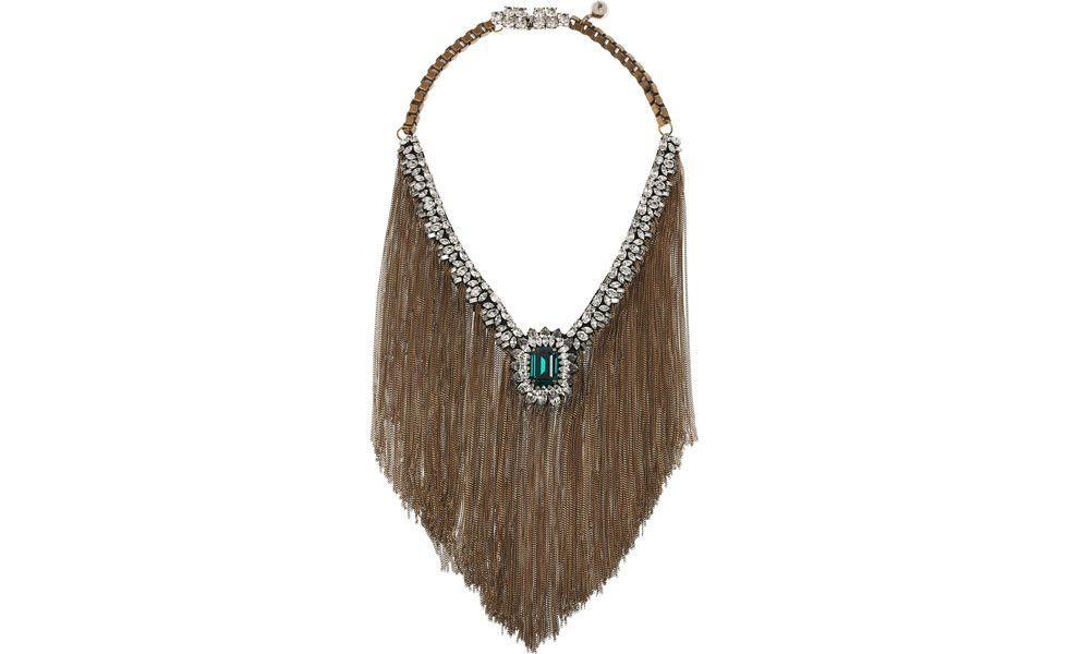 """<p>A <a href=""""http://www.dicasdemulher.com.br/acessorios-com-franjas/"""">tendência das franjas</a> invade o mundo dos acessórios deixando os maxi colares mais glamourosos. Combine o <strong>colar de franjas</strong> com camisa de seda e vestidos básicos.</p>"""