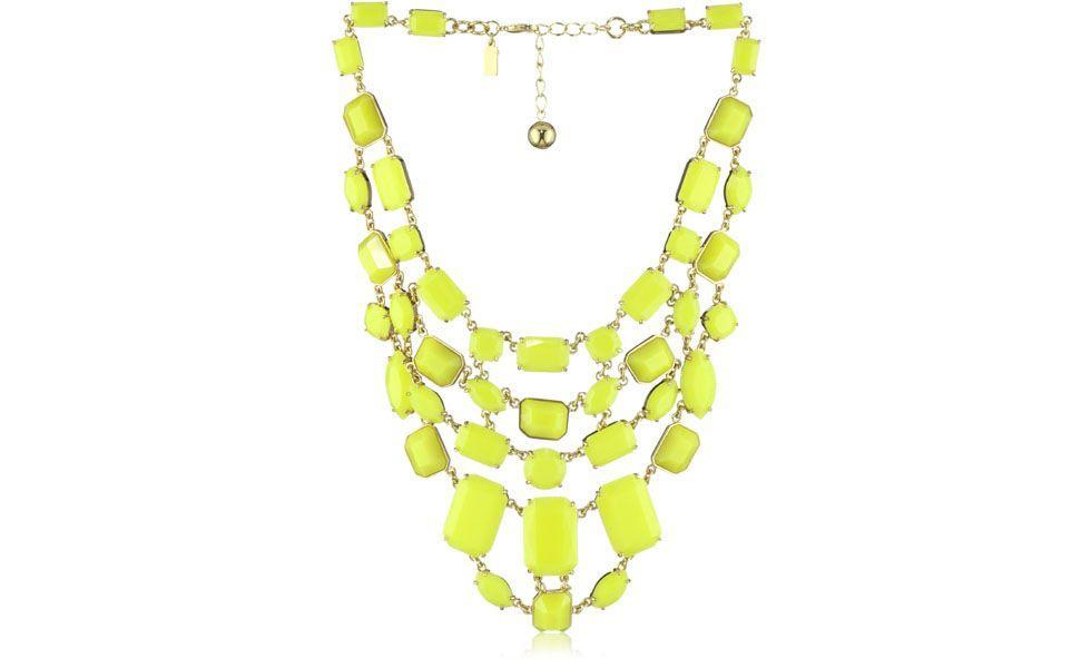"""<p>Até mesmo nos acessórios, o <a href=""""http://www.dicasdemulher.com.br/galeria/looks-neon-para-o-verao-2013/"""">neon é tendência</a> garantida para o verão 2013. Combine esse maxi colar verde neon com peças básicas como uma camiseta branca, por exemplo. </p>"""