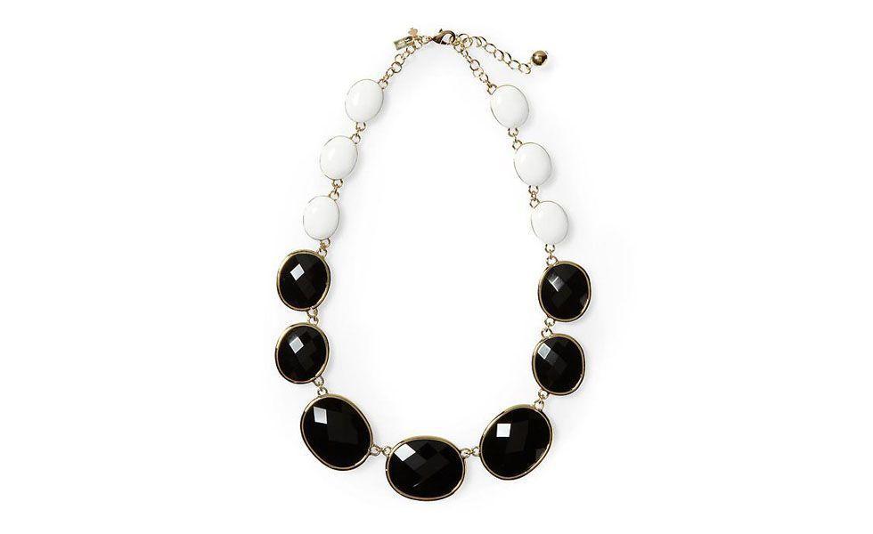 <p>A clássica combinação preto e branco também vale para os acessórios. Use esse maxi colar neutro para complementar looks mais coloridos. </p>