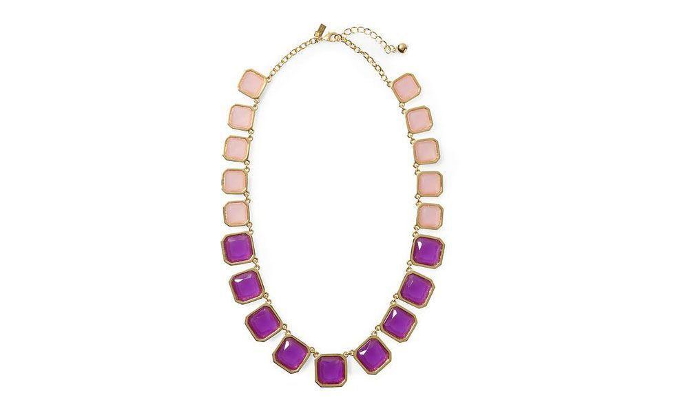 <p>Uma dica para deixar o visual mais harmônico é deixar o foco apenas no maxi colar. Combine esse modelo com pedras rosa e roxa com cores neutras como preto e branco, por exemplo. </p>