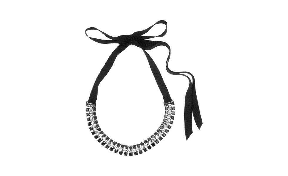 <p>Para a balada prefira modelos de maxi colar com brilhos e pedras glamourosas. Um acessório poderoso deixa qualquer look mais elegante. </p>