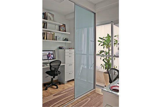 Espelho amplia ambiente estreito. Foto: Pinterest