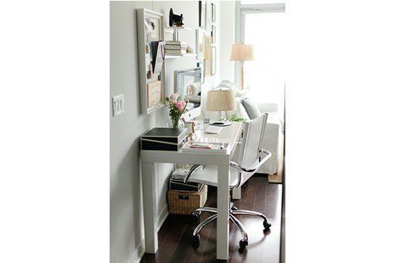 É possível fazer um home office mesmo em um cantinho da sala de estar. Foto: Pinterest