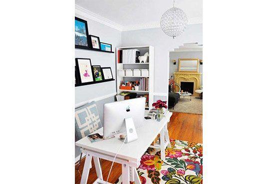 O tapete e os quadros coloridos alegram o ambiente. Foto: Pinterest