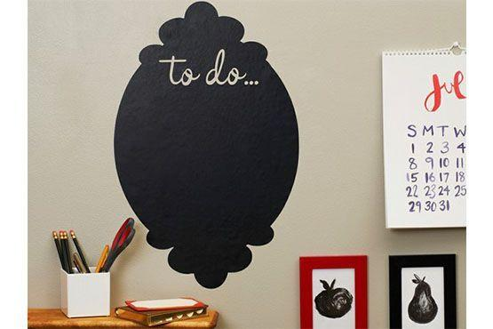 O adesivo de parede funciona como um quadro de lembrete a ser escrito com giz. Foto: Pinterest