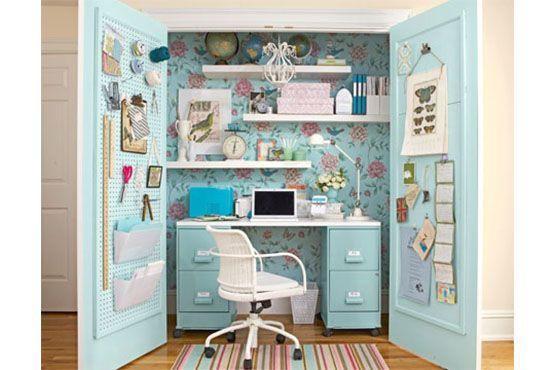 Um armário com grande profundidade pode virar um home office escondido. Foto: Pinterest