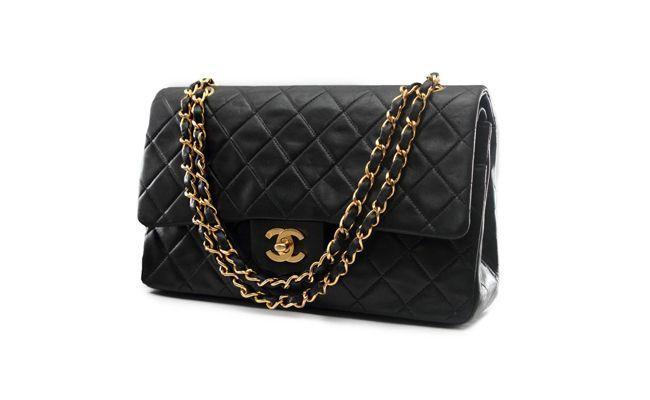 """Bolsa Chanel 2.55 – Este é um dos modelos cujas réplicas costumam enganar até os vendedores da própria Chanel. Descubra a loja da marca mais próxima de você por <a href=""""http://www.chanel.com/pt_BR/#storeLocator"""" target=""""_blank"""">aqui</a>. Preços giram em torno de R$ 6 mil"""