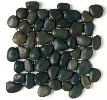 as pedras encontradas nos rios foram agrupadas em telas no padrão 305 mm por 305 mm por 10 mm de espessura. Revestimento que pode ser aplicado em paredes internas e externas e em superfícies lisas ou curvas. Chegará em maio nas lojas, em quatro cores, a partir de R$ 230 reais/m²