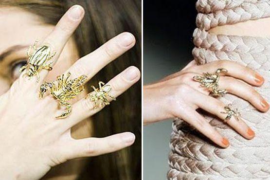 O mix de anéis em formato de insetos podem ser misturados em diversos tamanhos e em quase todos os dedos