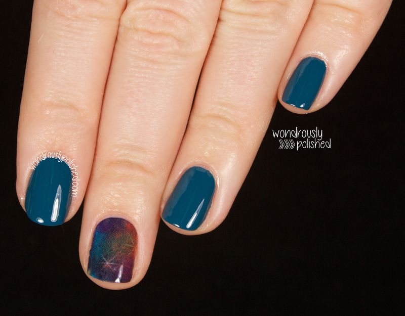 "Foto: Reprodução / <a href=""http://www.wondrouslypolished.com/2014/01/jamberry-nails-in-galactic-review.html"" target=""_blank"">Wondrously Polished</a>"