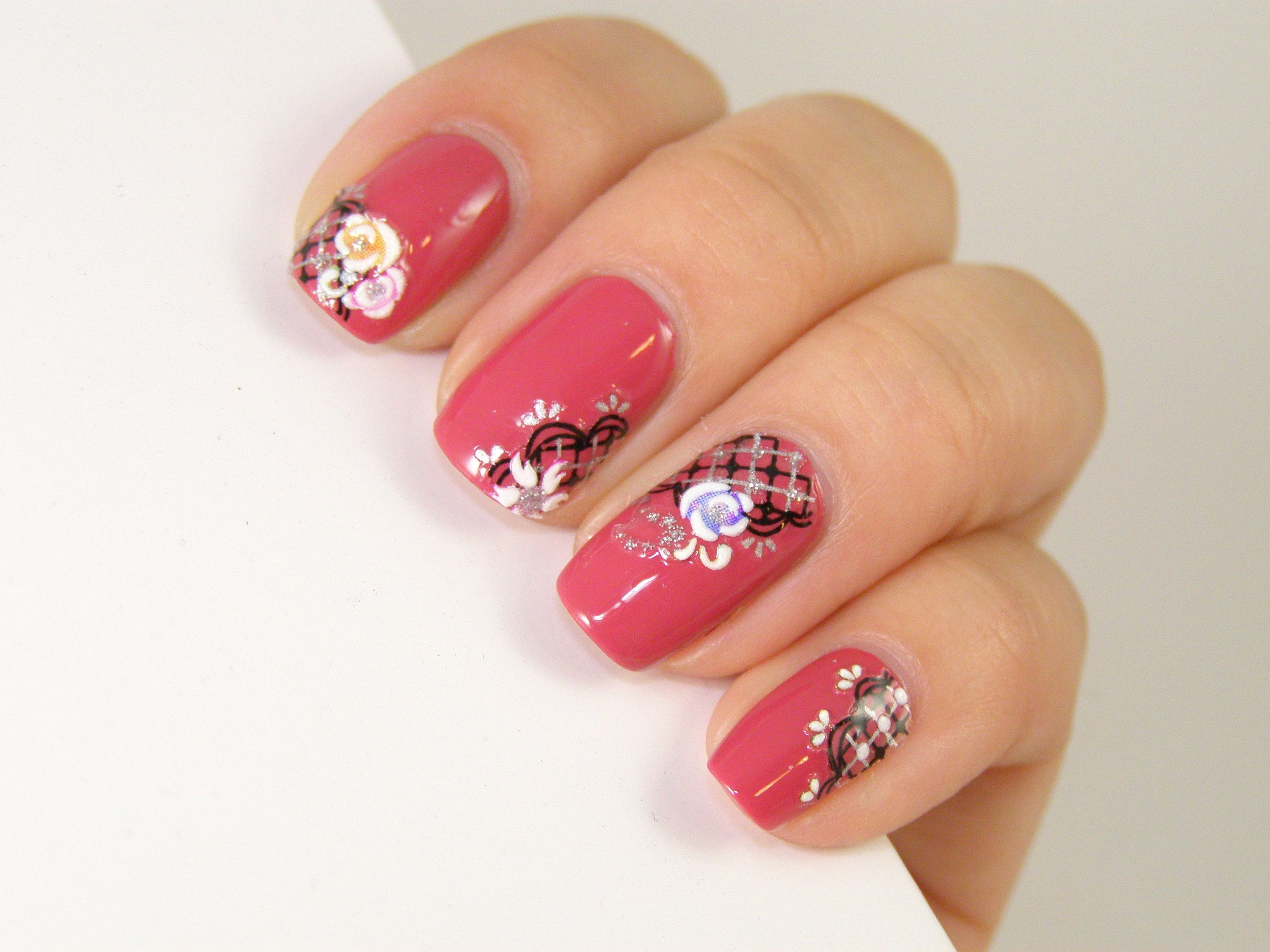 "Foto: Reprodução / <a href=""https://winstoniastore.wordpress.com/2012/06/25/tutorial-nail-art-using-deco-nail-stickers/"" target=""_blank"">Winstonia</a>"