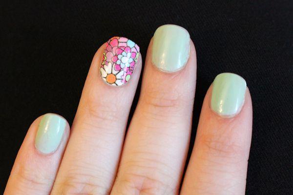 """Foto: Reprodução / <a href=""""http://www.stitchfashion.com/how-to-nail-stickers-from-cvs/"""" target=""""_blank"""">Stitch Fashion</a>"""