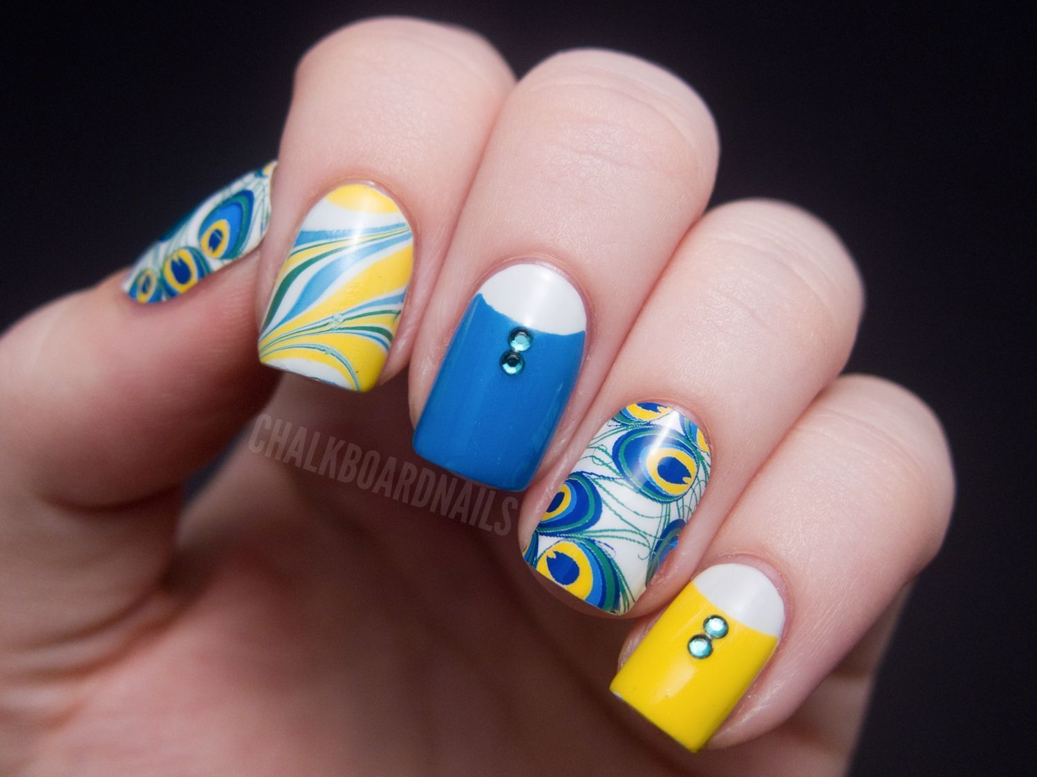 "Foto: Reprodução / <a href=""http://www.chalkboardnails.com/2012/05/make-most-of-your-nail-wraps-peacocking.html"" target=""_blank"">Chalkboard Nails</a>"