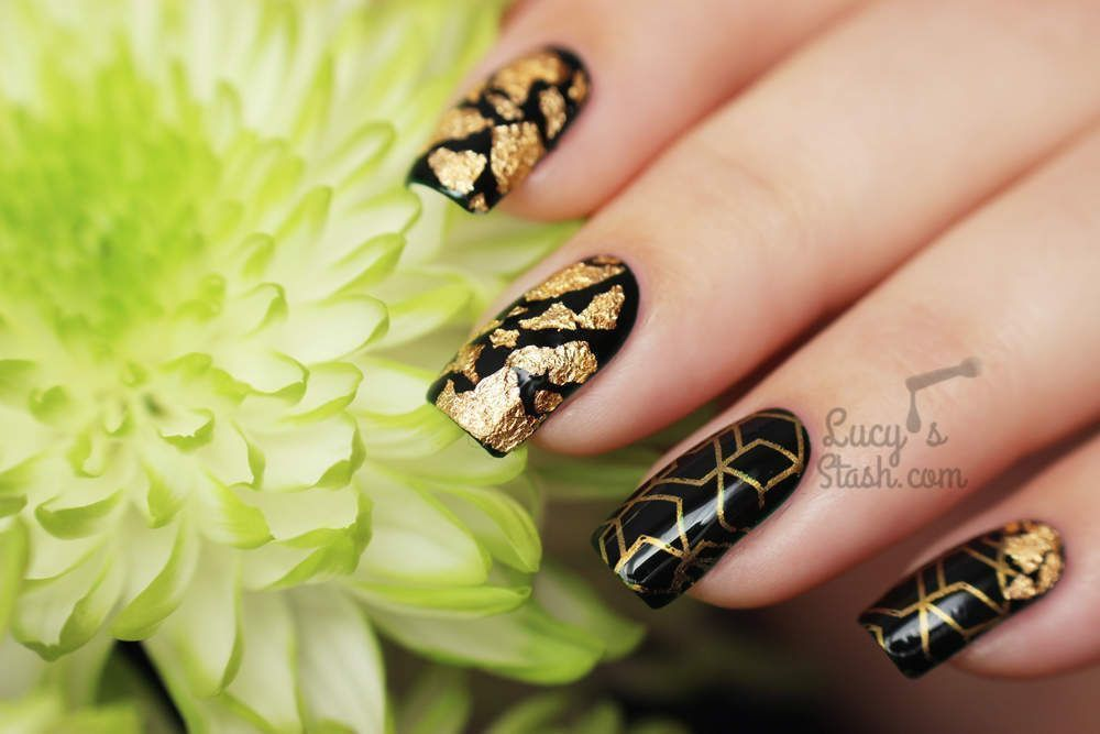 "Foto: Reprodução / <a href=""http://www.lucysstash.com/2015/10/going-for-gold-autumnal-gold-green-nail-art-manicure.html"" target=""_blank"">Lucy's Stash</a>"