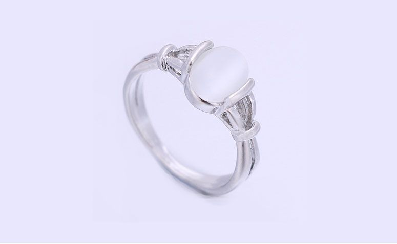 "Anel prateado com opal por U$ 1,99 no <a href=""http://ad.zanox.com/ppc/?29468903C12403682&ULP=[[http://pt.aliexpress.com/item/Twilight-Bella-Silvered-Rings-With-Opal-Section-For-Women-Resizable-Sterling-Silver-925-Wedding-Ring-Vintage/32480525963.html]]"" target=""_blank"">AliExpress</a>"