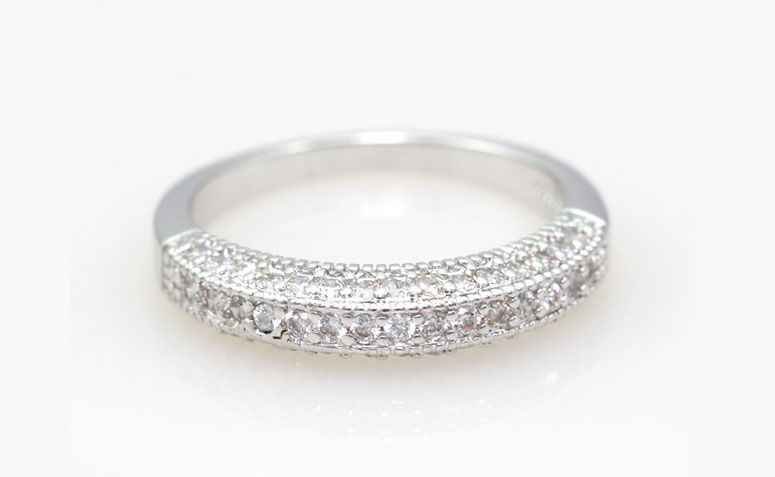 "Anel de prata com zircônias por U$ 2,81 no <a href=""http://ad.zanox.com/ppc/?29468903C12403682&ULP=[[http://pt.aliexpress.com/item/925-Silver-CZ-Ring-for-Women-Wedding-Girls-Valentine-s-Day-Gift-Fashion-Elegant-Simulated-Diamond/32256410314.html]]"" target=""_blank""> AliExpress</a>"