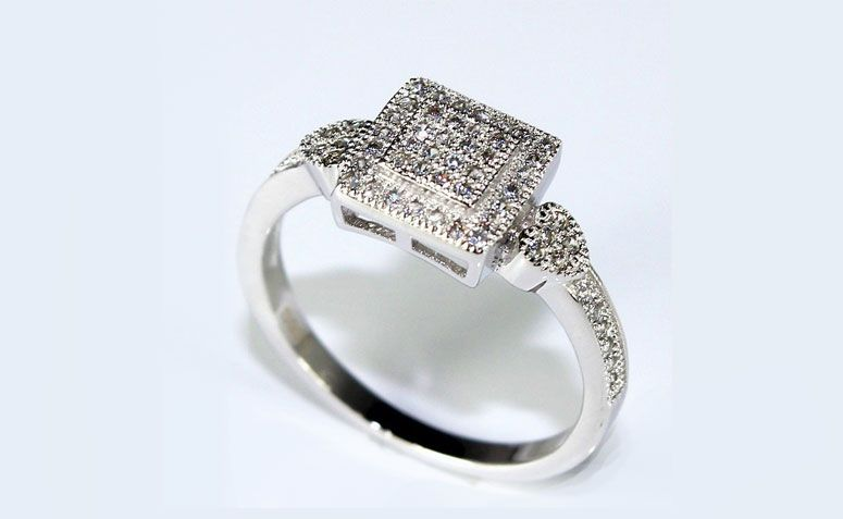 "Anel Cubic por U$ 3,68 no <a href=""http://ad.zanox.com/ppc/?29468903C12403682&ULP=[[http://pt.aliexpress.com/item/Square-Platinum-Plated-Wedding-Ring-Aneis-Femininos-Simulated-Diamond-Ring-Cubic-Zirconia-Ring-Set-Alliances-Of/32226962224.html]]"" target=""_blank"">AliExpress </a>"