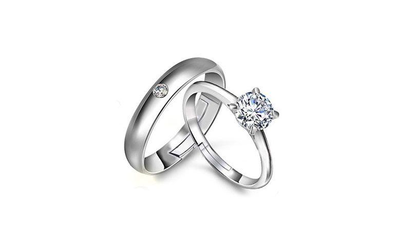 "Aneis de prata por U$ 4,99 no <a href=""http://ad.zanox.com/ppc/?29468903C12403682&ULP=[[http://pt.aliexpress.com/item/2015-Bijoux-Bague-Mariage-Lovers-Ring-Silver-Alliance-Aneis-de-Prata-Silver-Couple-Crystal-Rings-SR006/32324524241.html]]"" target=""_blank""> AliExpress </a>"