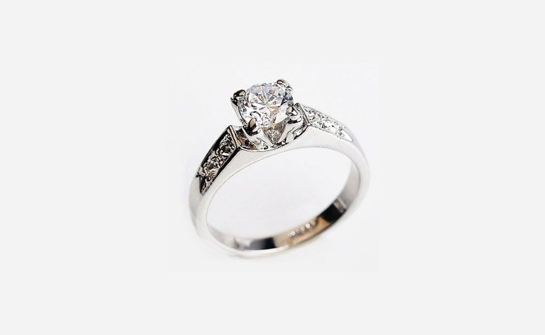 "Anel de prata CZ por U$ 2,29 no <a href=""http://ad.zanox.com/ppc/?29468903C12403682&ULP=[[http://pt.aliexpress.com/item/Italina-925-sterling-silver-Jewelry-CZ-Diamond-Rings-for-women-wedding-rings-Anel-Aneis-ouro-anillos/32356524402.html]]"" target=""_blank"">AliExpress  </a>"