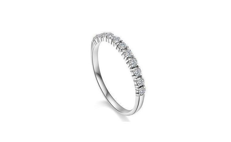 "Anel de prata com zircônias por U$ 2,52 no <a href=""http://ad.zanox.com/ppc/?29468903C12403682&ULP=[[http://pt.aliexpress.com/item/Free-shipping-2013-new-arrival-hot-sell-super-shiny-zircon-925-sterling-silver-ladies-finger-wedding/1395186490.html]]"" target=""_blank"">AliExpress  </a>"