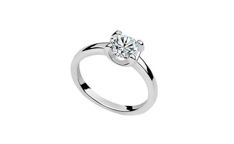 "Anel de prata e zircônia por R$ 21,99 na <a href=""http://www.milanoo.com/product/shiny-metal-cubic-zirconia-fashion-rings-for-women-p320580.html#m25162"" target=""_blank"">Milanoo</a>"