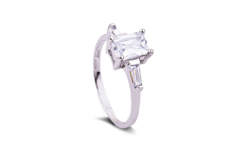 "Anel cubo com zircônia R$ 48,12 na <a href=""http://www.dressale.com/timeless-sterling-silver-engagement-ring-with-cubic-zirconia-p-58733.html"" target=""_blank"">Dress Sale</a>"