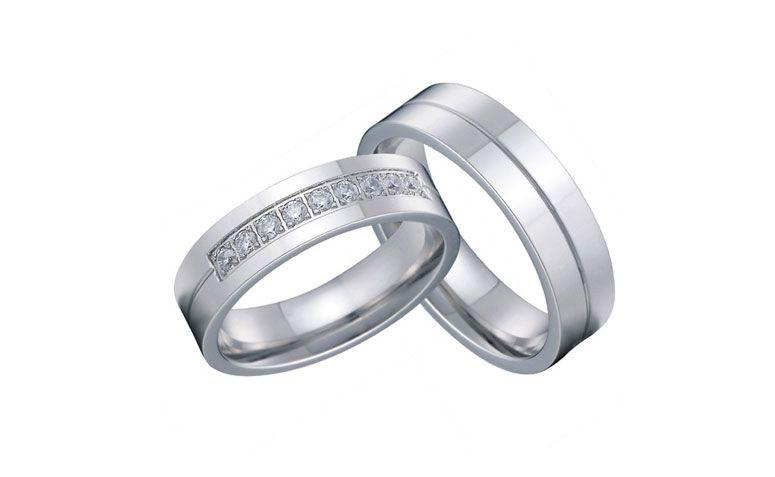 """Conjunto de alianças de prata por U$ 39,99 no <a href=""""http://ad.zanox.com/ppc/?29468903C12403682&ULP=[[http://pt.aliexpress.com/item/classic-his-and-hers-european-western-silver-color-titanium-wedding-band-ring-set-for-couples-lovers/32371700033.html]]"""" target=""""_blank"""">AliExpress</a>"""