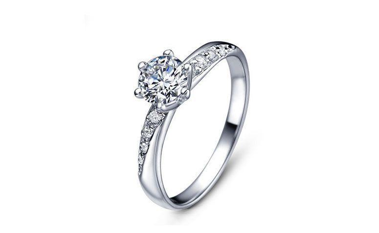 "Aliança de prata de cristal por U$ 1,62 no <a href=""http://ad.zanox.com/ppc/?29468903C12403682&ULP=[[http://pt.aliexpress.com/item/Free-shipping-best-selling-925-sterling-silver-zircon-crystal-anti-allergy-ladies-wedding-rings-jewelry/32349864853.html]]"" target=""_blank"">AliExpress</a>"