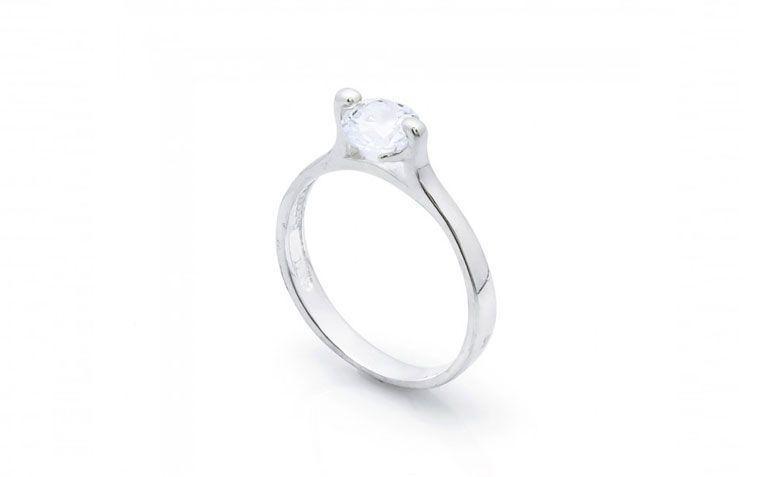 """Anel em prata solitário por R$ 46,00 na <a href=""""http://www.lumae.com.br/aneis/solitarios/anel-em-prata-solitario-com-2-garras """" target=""""_blank"""">Lumaê</a>"""