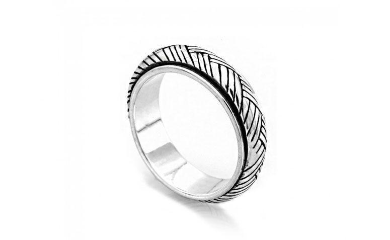 """Anel prata de bali Saturno cordão por R$ 89,00 <a href=""""http://www.lumae.com.br/masculino/aneis-masculinos/anel-em-prata-bali-saturno-cordao """" target=""""_blank"""">Lumaê</a>"""