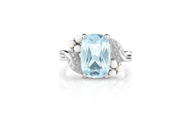 "Anel Belle em prata com topázio azul por R$ 540,00  na <a href=""http://www.montecarlo.com.br/anel-de-prata-topazio-azul-perola-biwa-belle.html  "" target=""_blank"">Monte Carlo</a>"