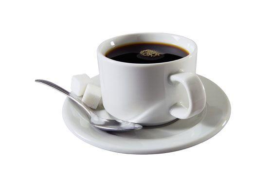 O café aumenta a sensação de ansiedade e, por isso, seu consumo deve ser evitado ou diminuído durante a TPM.