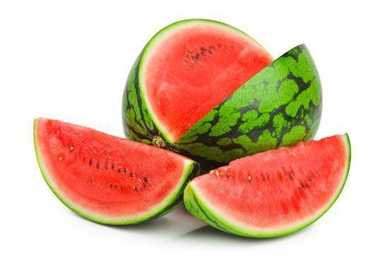 Como contém muita água, a melancia também pode ser considerada diurética e auxilia na diminuição dos sintomas.