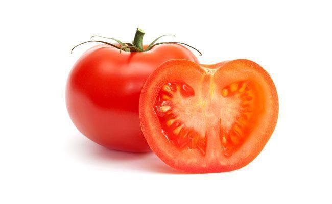 Rico em vitamina C, potássio e fósforo, com baixo valor calórico e rico em água. Contém licopeno, que faz com que tanto o tomate quanto os seus derivados ajudem a combater o envelhecimento da pele. Quanto mais vermelho e maduro, maior a concentração dessa substância.