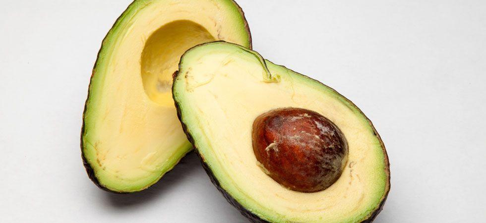 <p>Quem nunca preparou uma máscara de abacate para os cabelos não sabe o quanto os efeitos dessa fruta nos fios são maravilhosos. Mas o abacate também é eficaz para a beleza da pele, das unhas e até mesmo dos cabelos quando incorporado à alimentação diária. Isso porque possui grande concentração de gorduras benéficas e substâncias antioxidantes.</p>