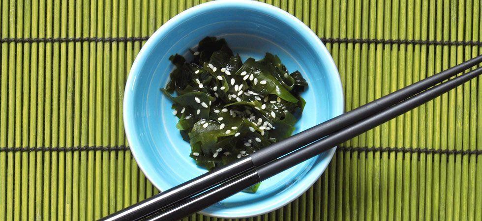 <p>Os vegetais de origem marinha, como as algas, são muito ricos em nutrientes que podem ajudar a fortalecer as unhas, além de desintoxicar o organismo. Você pode encontrar esses vegetais em lojas especializadas em culinária asiática ou mesmo em alguns supermercados.</p>