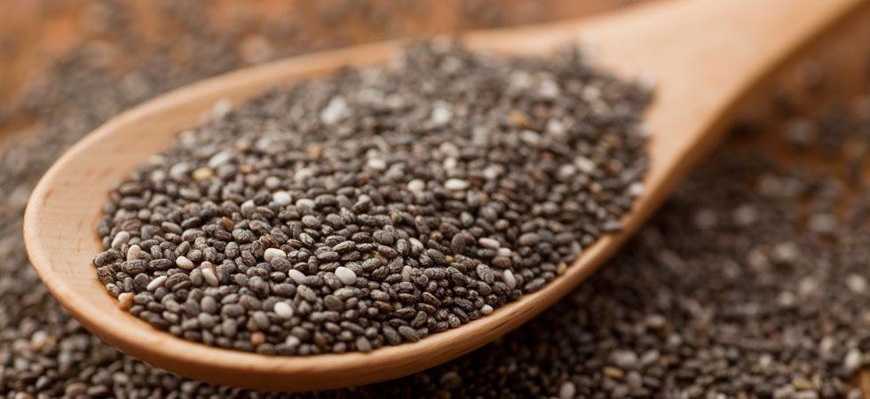 <p>Perfeita para cabelos, pele e unhas, a semente de chia é uma poderosa fonte de ácidos graxos ômega-3. Essa propriedade torna a semente de chia uma das melhores aliadas da sua beleza. Além disso, ela é mais eficaz para perder peso que a semente de linhaça.</p>