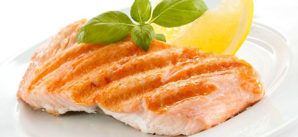 <p>Peixes, em geral, são extremamente ricos em ômega-3, que é um dos principais agentes naturais de beleza. O salmão é um dos peixes que possuem uma maior concentração desses ácidos graxos, que melhoram a produção de queratina.</p>
