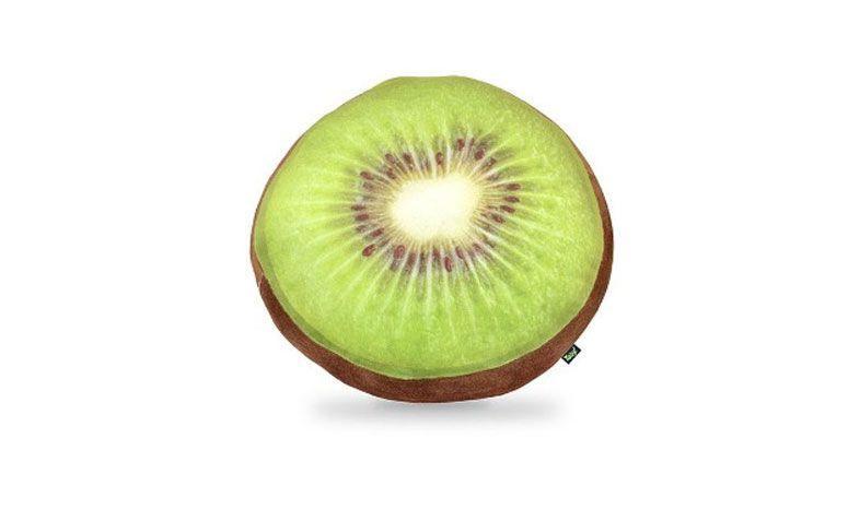 "Almofada Kiwi por R$ 69,90 na <a href=""http://www.gorilaclube.com.br/almofada-fatia-de-kiwi/p"" target=""_blank"">Gorila Clube</a>"