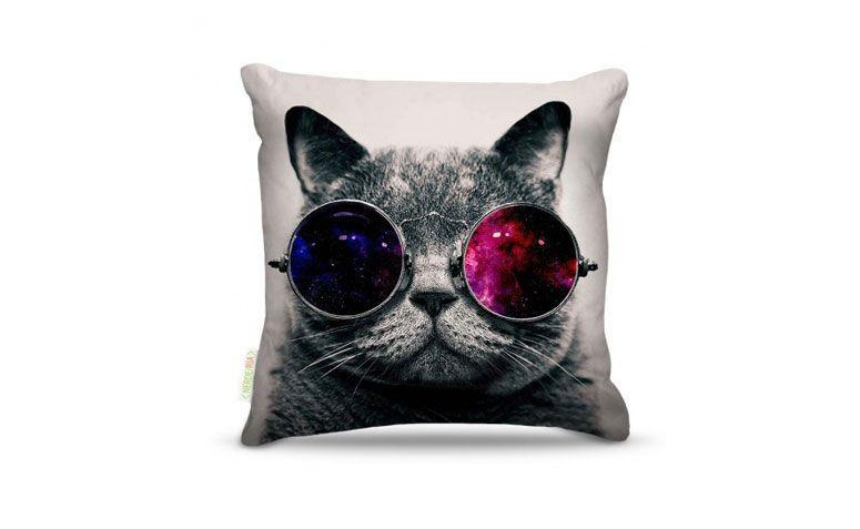 "Almofada Cat glass por R$ 42,00 na <a href=""http://nerderia.com.br/catalog/product/view/id/55460/s/almofadas-cat-glass/#.VjtdzNKrSUk"" target=""_blank"">Nerderia</a>"