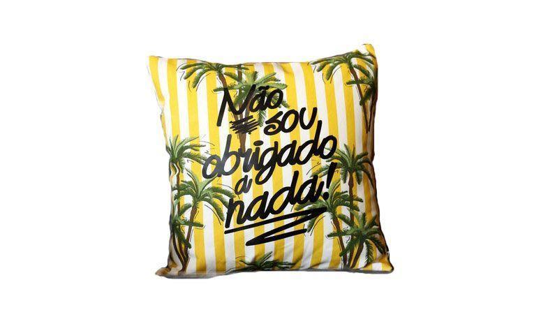 """Almofada """"Não sou obrigado"""" por R$ 59,90 na <a href=""""http://www.hcstore.net/pd-1df33b-almofada-obrigado-amarela.html?ct=a6392&p=1&s=2"""" target=""""_blank"""">HC Store</a>"""