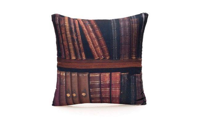 """Almofada de livros por R$49,90 na <a href=""""http://www.lojazonacriativa.com.br/10061493-almofada-livros/p#.U9ozo_ldX-s"""" target=""""_blank"""">Loja Zona Criativa</a>"""