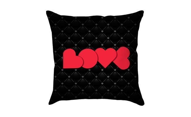 """Almofada Love por R$59,90 na <a href=""""http://www.submarino.com.br/produto/117926835/capa-para-almofada-love-black-poliester-40x40cm-haus-for-fun"""" target=""""_blank"""">Submarino</a>"""