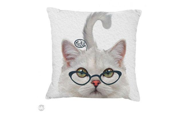 """Almofada de gatinho por R$35,90 na <a href=""""http://lojauatt.com.br/produto/20100/capa-de-almofada-gato/"""" target=""""_blank"""">Loja Uatt</a>"""
